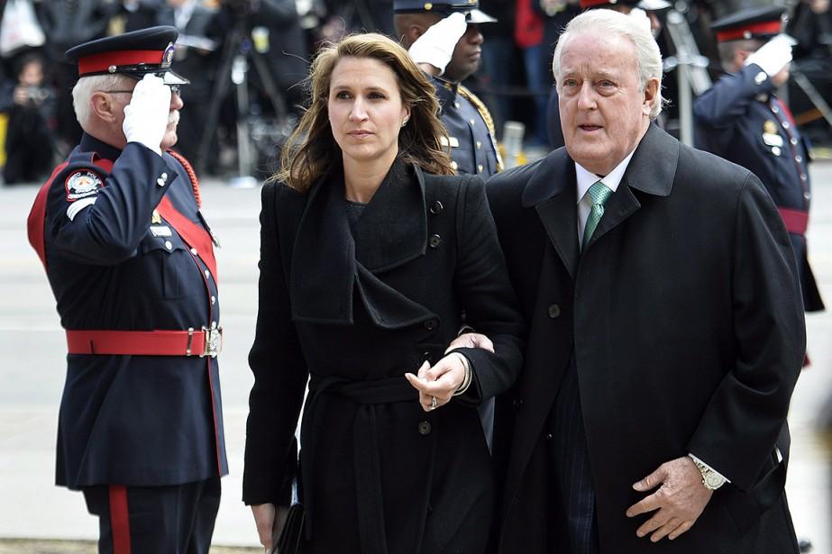 Brian Mulroney et sa fille, lors des funérailles... (Nathan Denette, archives PC)