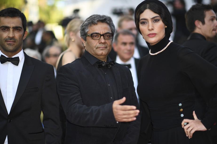Les acteurs iraniensReza Akhlaghirad etSoudabeh Beizaee entourent le réalisateurMohammad Rasoulof à leur arrivée à la remise de prix dans la catégorie Un certain regard. | 27 mai 2017