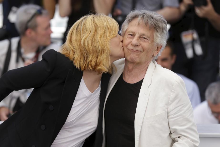 L'actrice Emmanuelle Seigner embrasse le réalisateur Roman Polanski lors d'une séance photo pour le film D'après une histoire vraie. | 27 mai 2017