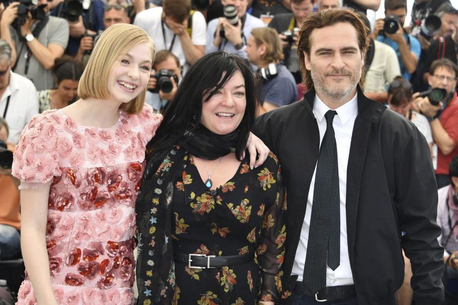 Les acteurs Ekaterina Samsonov etJoaquin Phoenix entourent la réalisatriceLynne Ramsay lors d'une séance photo pour le filmYou Were Never Really Here. | 27 mai 2017