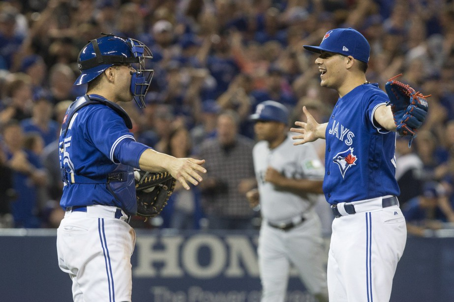 Roberto Osuna et Russell Martin des Blue Jays... (Photo Chris Young, la presse canadienne)
