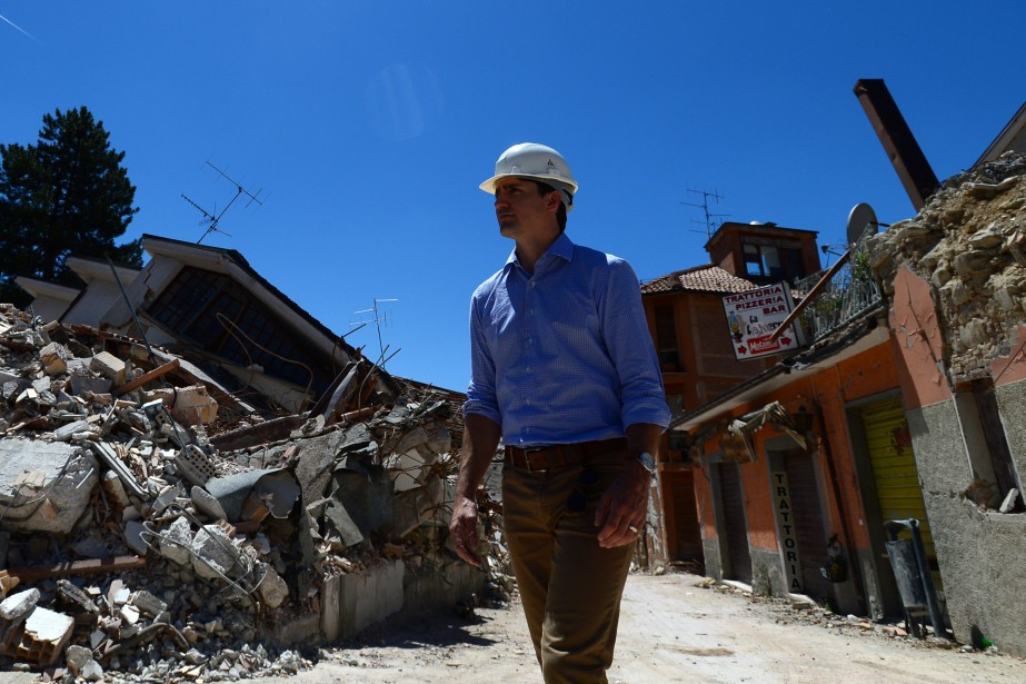 Justin Trudeau en visite à Amatrice,la région touchée... (La Presse canadienne, Sean Kilpatrick)
