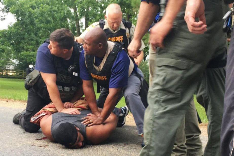 Des policiers procèdent à l'arrestation de Willie Godbolt.... (Photo Therese Apel, The Clarion-Ledger via AP)