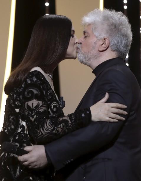 La maîtresse de cérémonie Monica Bellucci embrasse le réalisateur et président du jury Pedro Almodovar. | 28 mai 2017