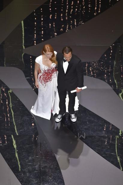 Joaquin Phoenix est monté sur scène recevoir son prix des mains de Jessica Chastain en costume... et espadrilles. Il a expliqué qu'il ne s'attendait vraiment pas à gagner. | 28 mai 2017