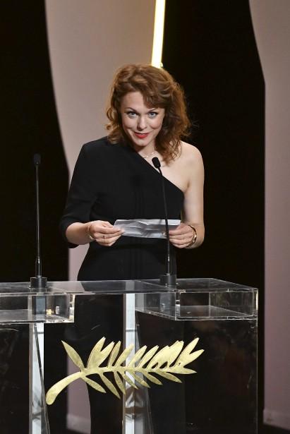 La réalisatrice allemande Maren Ade a accepté le prix de la mise en scène au nom de Sofia Coppola, qui a réalisé le film Les proies. | 28 mai 2017