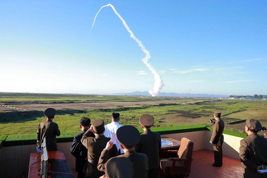 Le dirigeant nord-coréen Kim Jong-Un (en blanc) a... (PHOTO AFP)