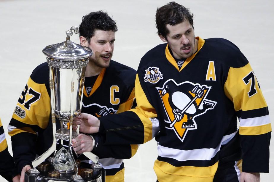 Sidney Crosby et Evgeni Malkin posent avec leTrophée... (PHOTO AP)