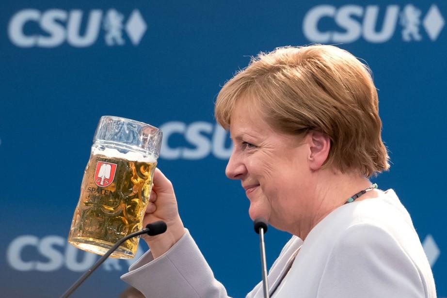 Angela Merkel a profité d'une bière pression après... (PHOTO AFP)