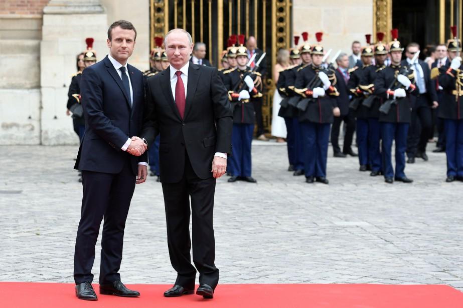 Emmanuel Macron a accueilli Vladimir Poutine au Château... (PHOTO STEPHANE DE SAKUTIN, AGENCE FRANCE-PRESSE)