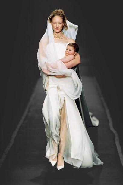 Jean Paul Gaultier (né en 1952), collection Les Cutters, modèle La Mariée, haute couture printemps-été 2001. (Photo © Patrice Stable/Jean Paul Gaultier)
