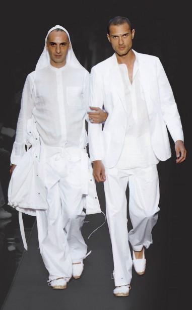 Jean Paul Gaultier (né en 1952), collection Le Mariage homosexuel, modèle Les Mariés, prêt-à-porter Homme printemps-été 2005. (Photo © Patrice Stable/Jean Paul Gaultier)