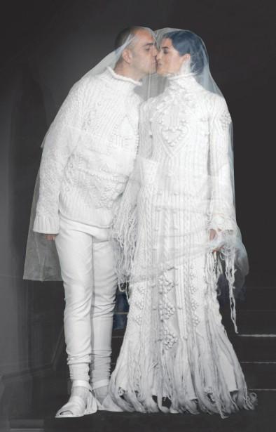 Jean Paul Gaultier (né en 1952), collection Élégance parisienne, modèle Les Mariés, haute couture automne-hiver 1998-1999. (Photo © Patrice Stable/Jean Paul Gaultier)