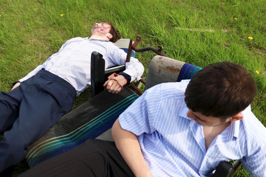 Une soixantaine d'étudiants en Soins préhospitaliers au Cégep de Chicoutimi «jouaient» les victimes de l'écrasement d'avion. Pour leur part, les bancs d'autobus «jouaient» le rôle des bancs d'avion... (Le Quotidien, Yohann Gasse)