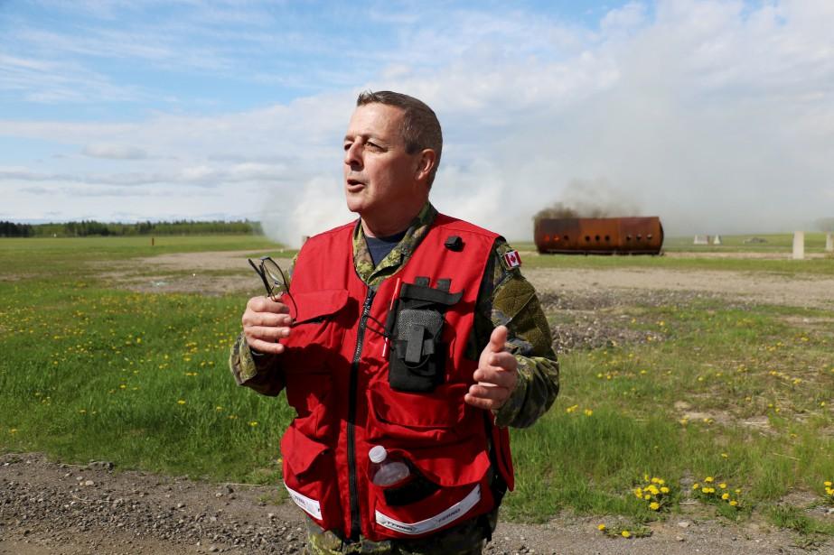L'adjudant-maître Richard Gilbert servait de guide pour les journalistes présents. L'armée avait de plus engagé une agence pour filmer le tout. (Le Quotidien, Yohann Gasse)