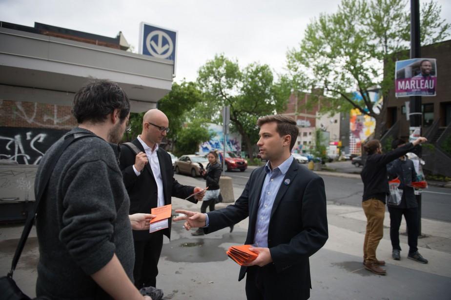 Gabriel Nadeau-Dubois distribuant des tracts de Québec solidaire... (PHOTO CATHERINE LEFEBVRE, COLLABORATION SPÉCIALE)