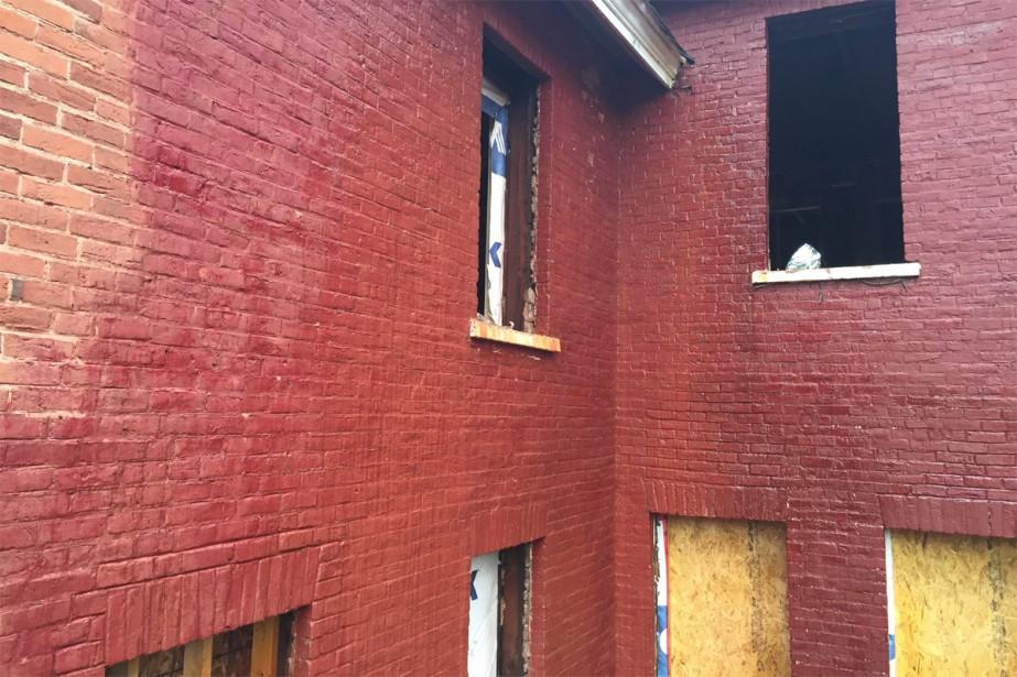Brique peinte brique condamn e andr dumont conseils - Enlever la mousse sur un mur exterieur ...