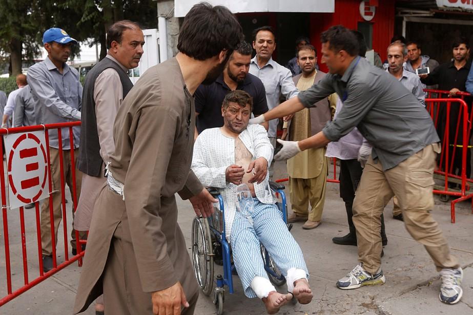 Un homme blessé lors des explosions quitte l'hôpital... (Photo Omar Sobhani, REUTERS)