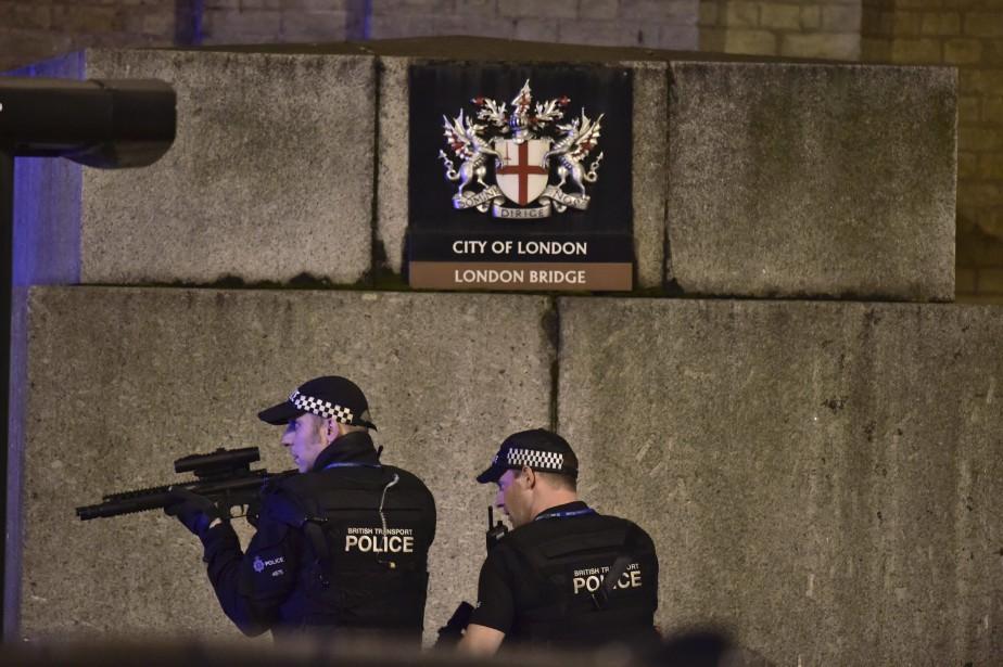 Des policiers sont déployés près du pont de Londres. Une camionnette qui roulait à 80 km/h a renversé quelques minutes plus tôt des piétons. (Photo Dominic Lipinski, AP)