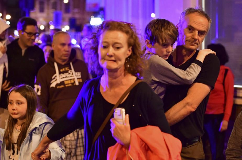Sur ordres des autorités, des gens apeurés quittent le pont de Londres. (Photo Dominic Lipinski, AP)
