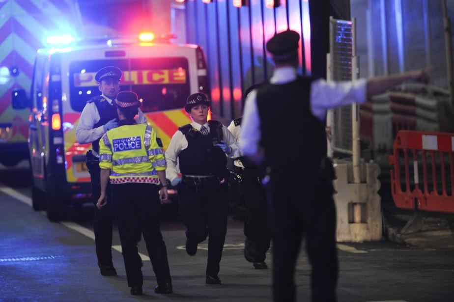 Les autorités policières et les ambulanciers sont déployés.... (photo DANIEL SORABJI, AFP)