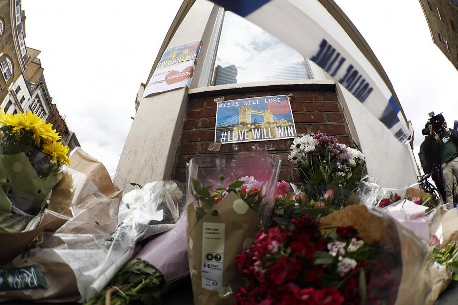 Des fleurs ont été déposées sur la rue... (PHOTO Odd ANDERSEN, AGENCE FRANCE-PRESSE)