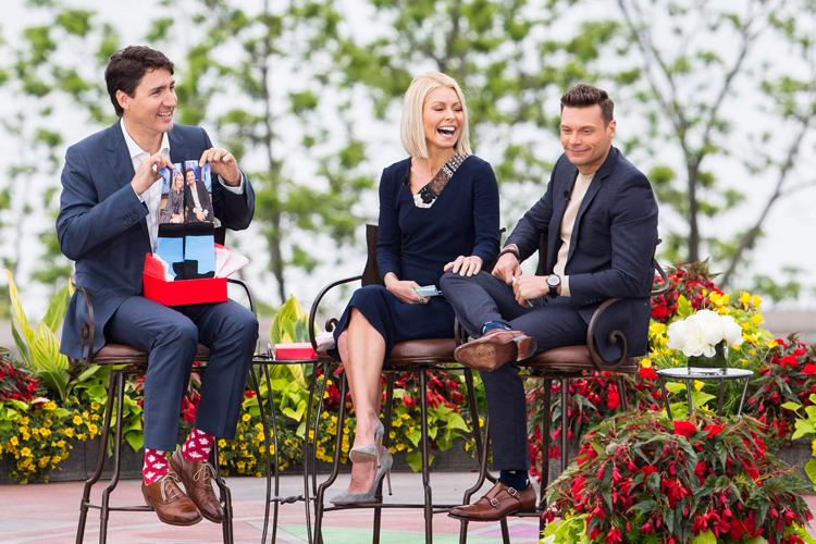 Le premier ministre Justin Trudeau s'amuse en compagnie... (Photo Aaron Lynett, La Presse canadienne)