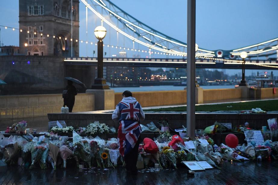 Des gens ont déposé des fleurs sur leLondon... (PHOTO AFP)