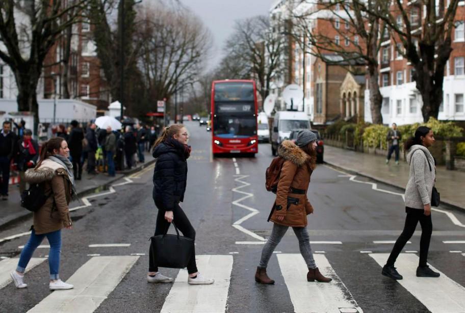 Des touristes recréent l'image de la pochette du... (PHOTO NEIL HALL, ARCHIVES REUTERS)