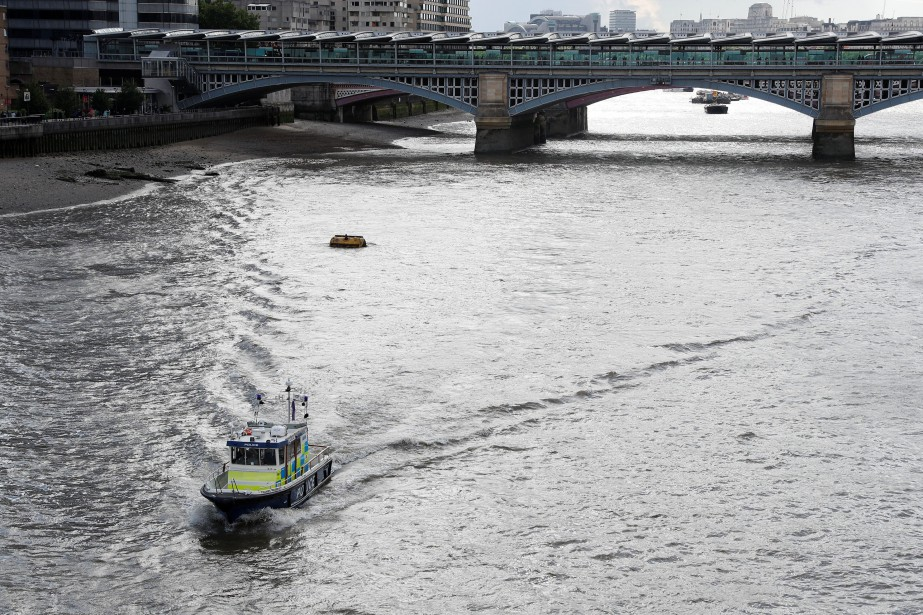 Un bateau de la police de Londres sur... (PHOTO Peter Nicholls, archives REUTERS)