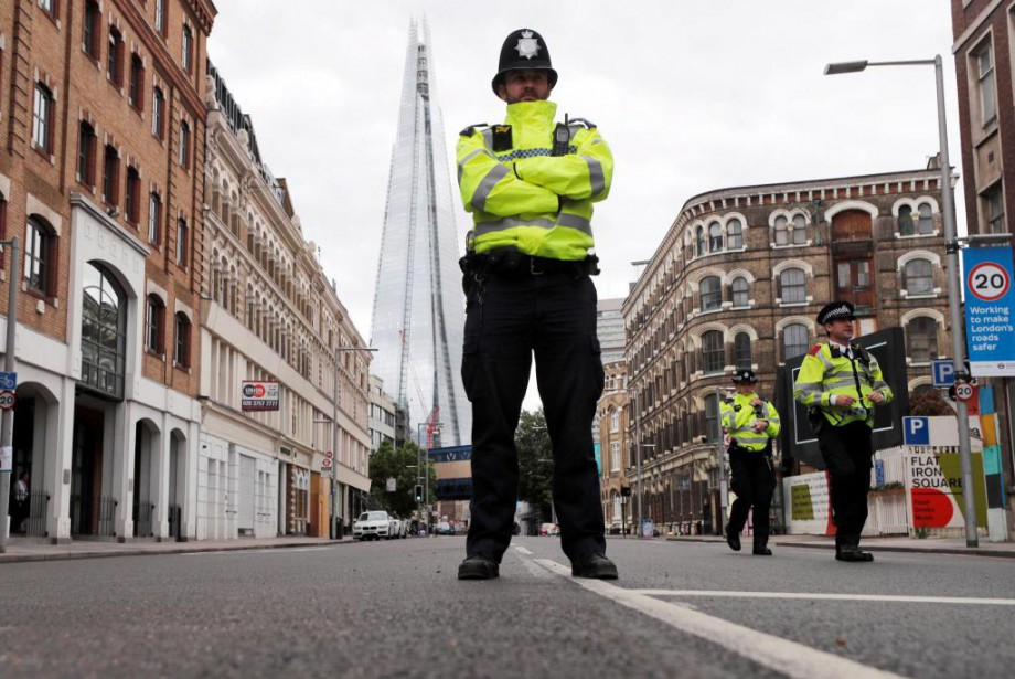 Les agents de police de première ligne coiffés... (PhotoEddie Keogh, Reuters)