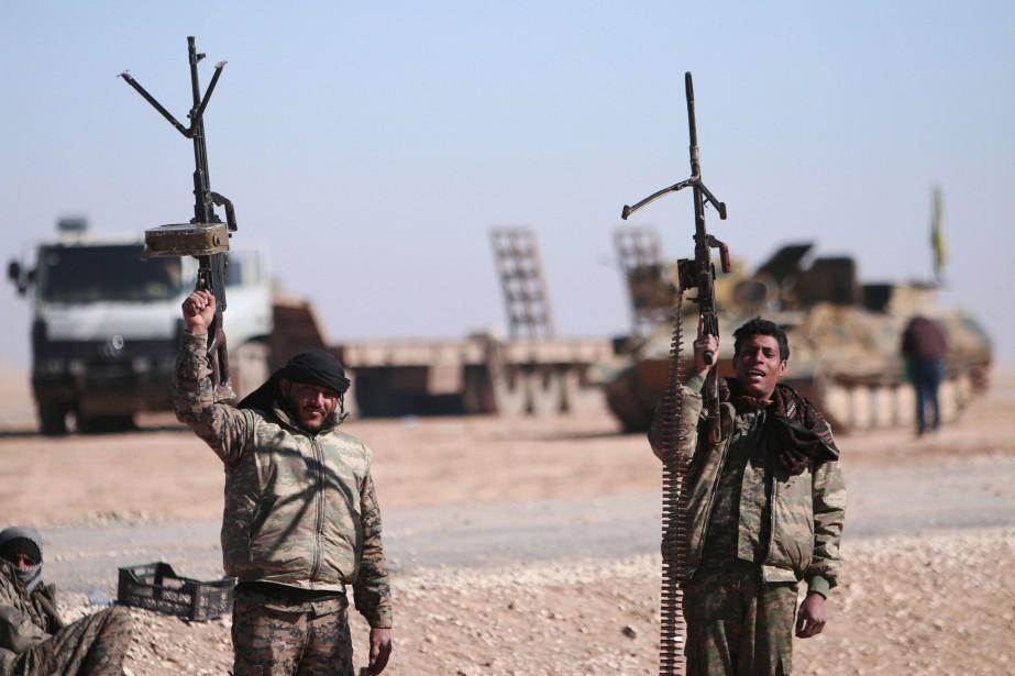 Des membres des Forces démocratiques syriennes célèbrent une... (ARCHIVES REUTERS)