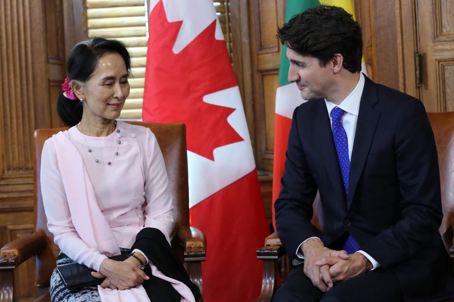 Aung San Suu Kyi en compagnie de Justin... (Photo Lars Hagberg, AFP)