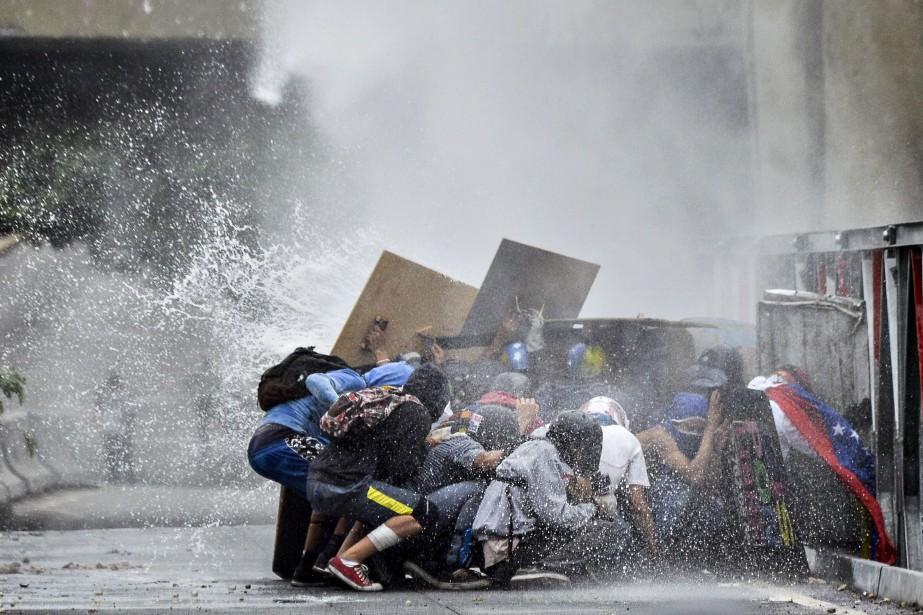 Outre les 66 morts, les manifestations pour exiger... (PHOTO LUIS ROBAYO, AFP)