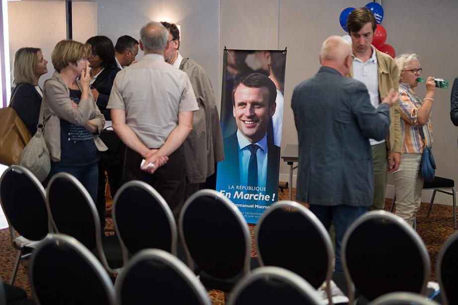Une affiche d'Emmanuel Macron a été placée dans... (photo JEAN-SEBASTIEN EVRARD, AGENCE FRANCE-PRESSE)