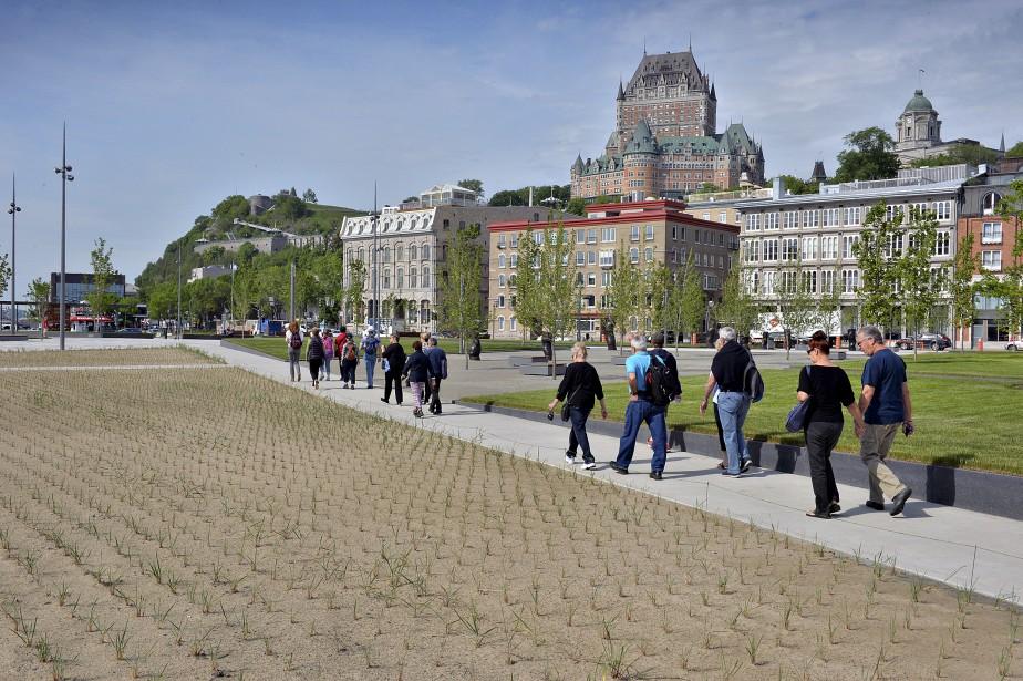 La place des Canotiers, face au Musée de la civilisation, était accessible pour la première fois aux passants vendredi. (Le Soleil, Patrice Laroche)
