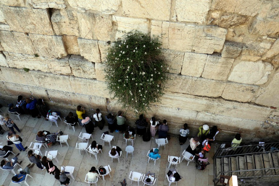 Des Juives prient dans la section réservée aux... (Photo Thomas Coex, archives Agence France-Presse)