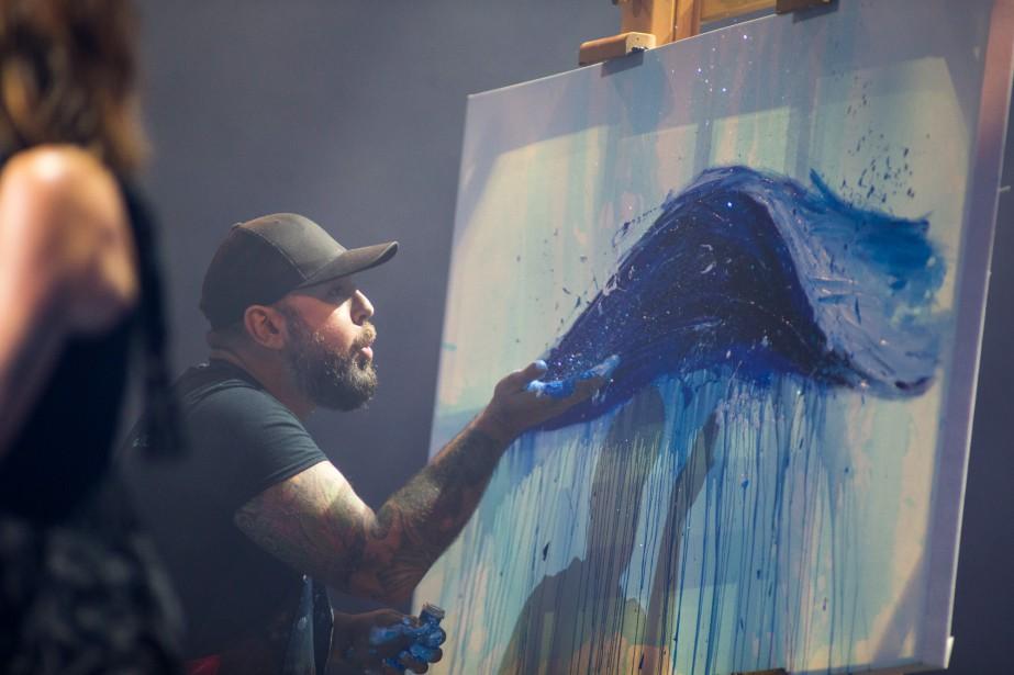 Le peintre Guilbo à l'oeuvre pendant la prestation de Luce Dufault.   11 juin 2017