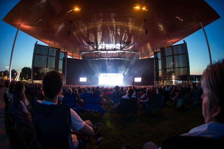 Quelque 5000 personnes ont assisté au spectacle  Inondés d'amour  à l'Amphithéâtre Cogeco.   11 juin 2017