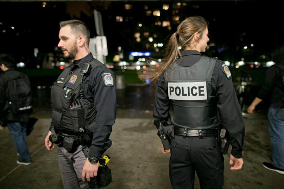 Les agents François Laporte et Vicky Houde surveillent... (Photo David Boily, La Presse)