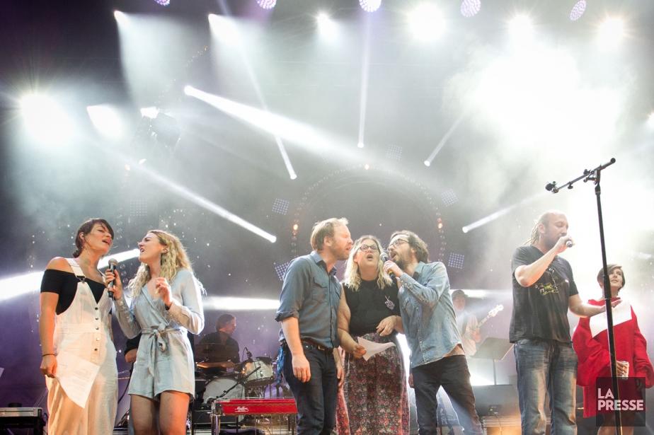 Les artistes ont entonné la chanson Chaude est... (Photo Sarah Mongeau-Birkett, La Presse)