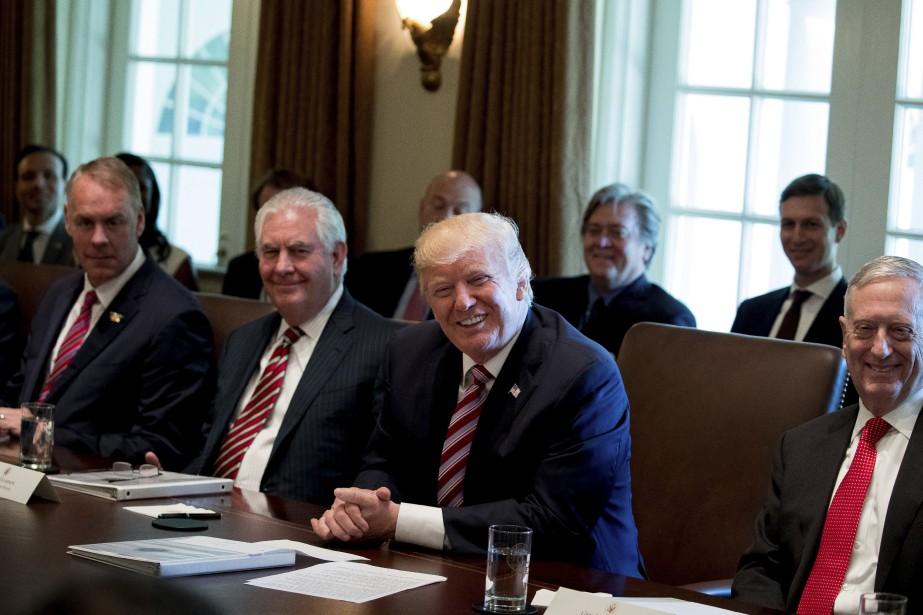 Donald Trump est entouré de son secrétaire d'État... (PHOTO AP)