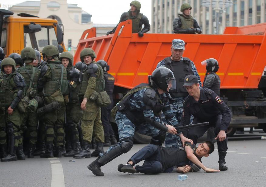 Les forces de l'ordre russes ont réagi avec... (PHOTO REUTERS)