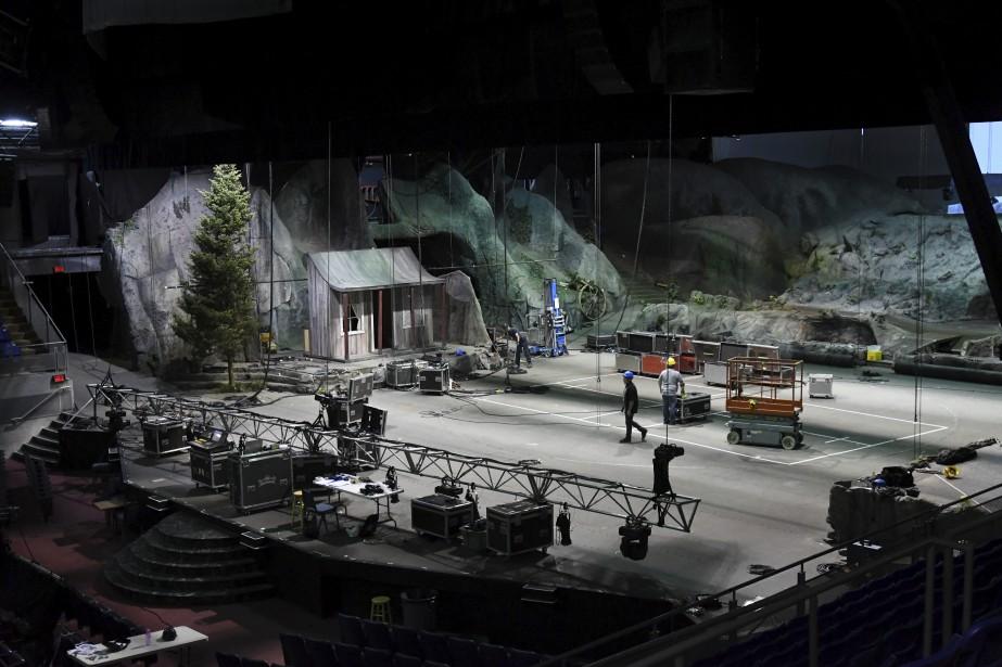 La scène du Théâtre du Palais municipal doit être grande pour accueillir les 162 comédiens. Ici, le système d'éclairage est en cours de révision. (Le Quotidien, Michel Tremblay)