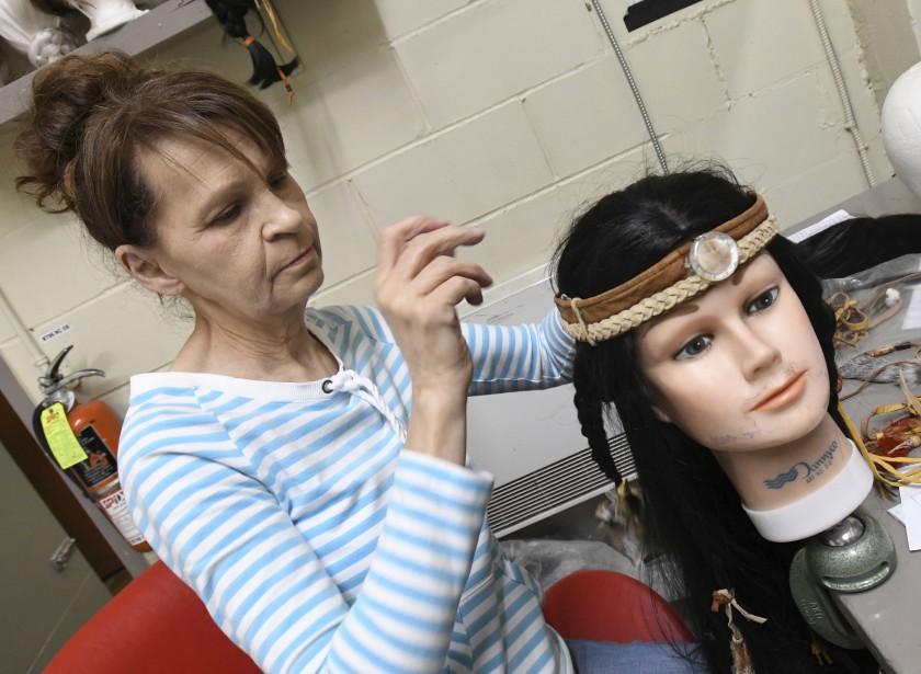 La responsable des coiffures Pauline Simard porte attention à la physionomie de chaque comédien pour ne négliger aucun détail dans la confection des perruques. (Le Quotidien, Michel Tremblay)