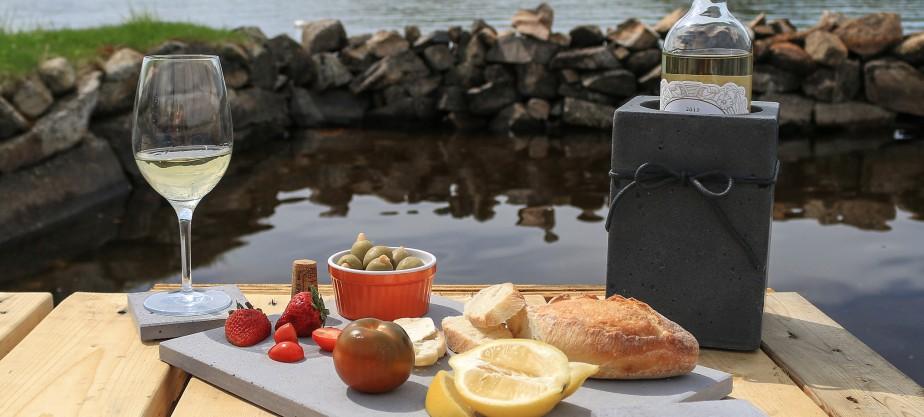 Un «must» pour l'été : le kit APÉRO, qui comprend un plateau à fromages, un refroidisseur à vin et un ensemble de quatre sous-verres. (Béton Multi Surfaces)