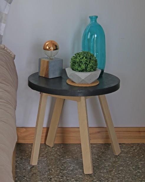 Table MANDALA, dessus en béton et piètement en bois. Pour l'intérieur ou l'extérieur. (Béton Multi Surfaces)