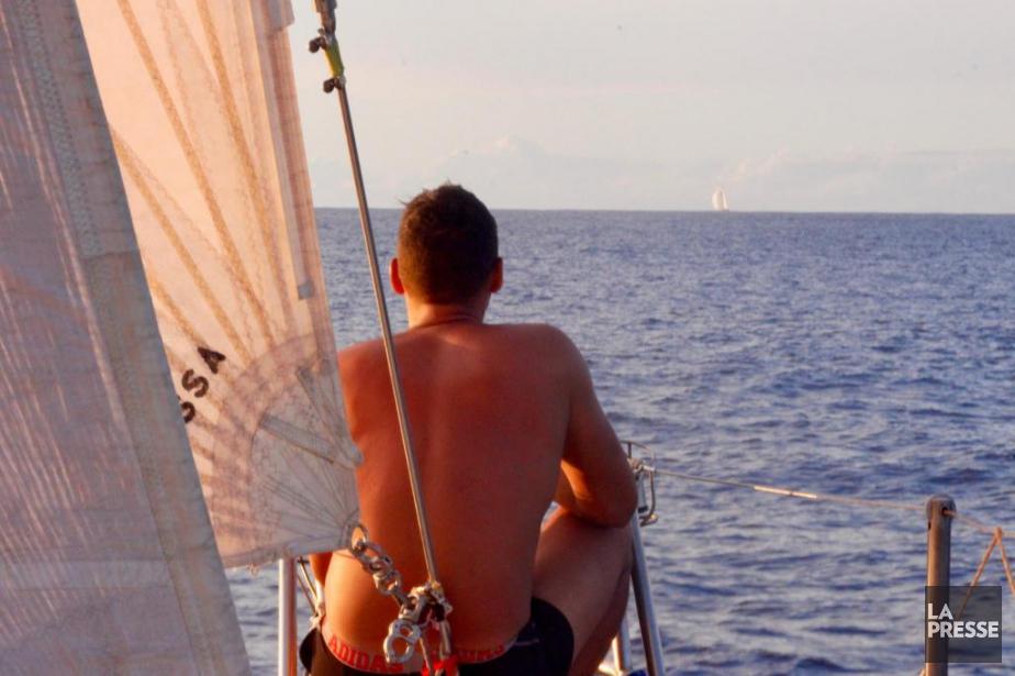 Au balcon avant du voilier, le skipper Gilles... (Photo Tristan Péloquin, La Presse)