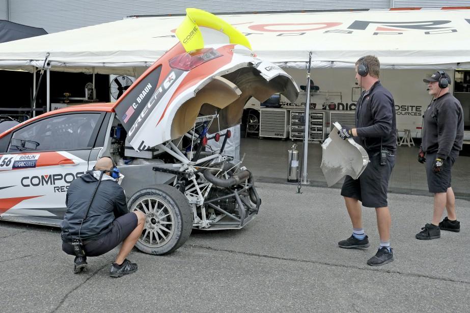 Les mécaniciens n'hésitent pas à arracher des morceaux de la voiture. | 16 juin 2017
