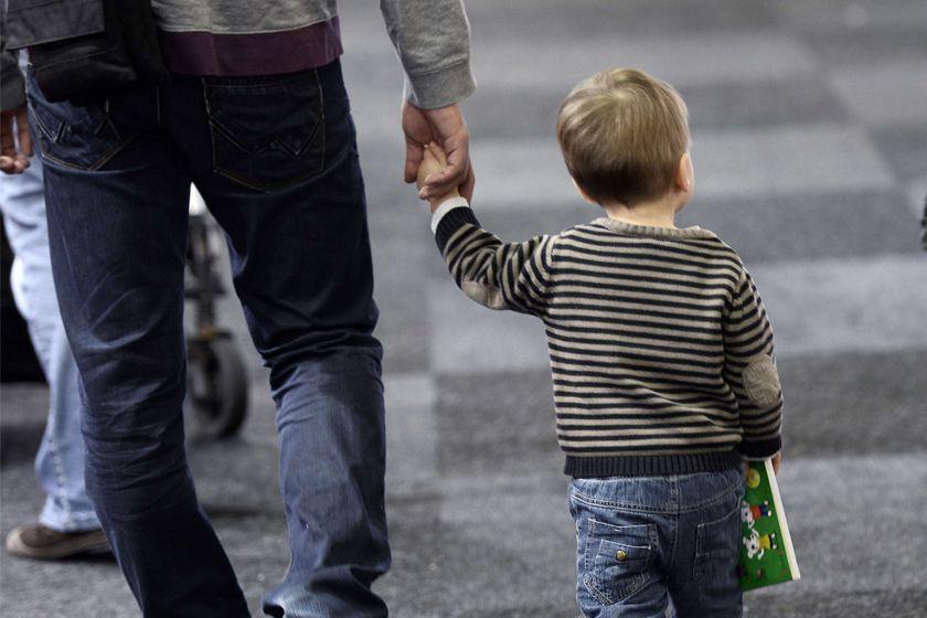 En ce jour de la fête des Pères, un sondage révèle que... (PHOTO archives AFP)